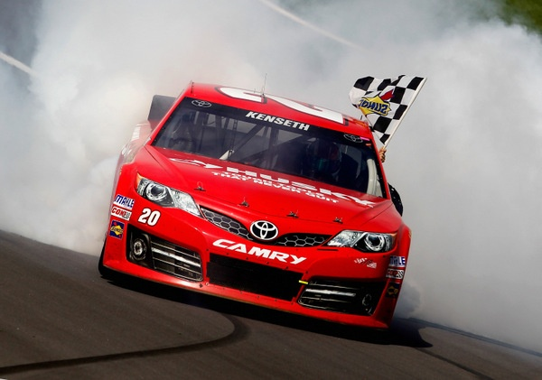 Matt Kenseth deja vus Kasey Kahne in winning Sunday's Kansas 400